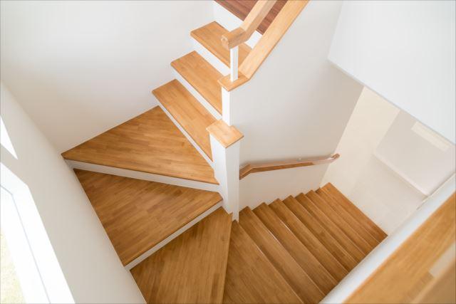 狭小住宅でも部屋を広く見せる階段の配置とは?